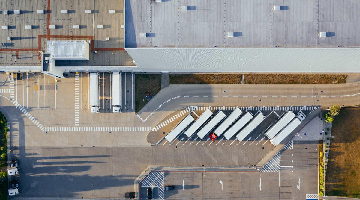 Vista desde drone de nave industrial