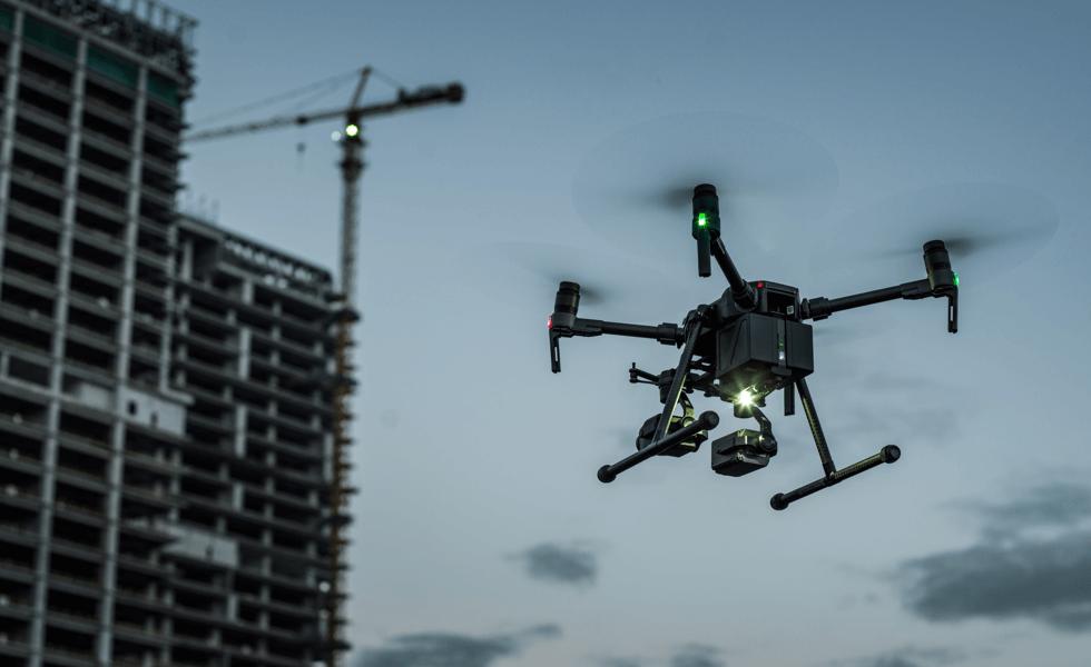 Drone inspeccionando construcción